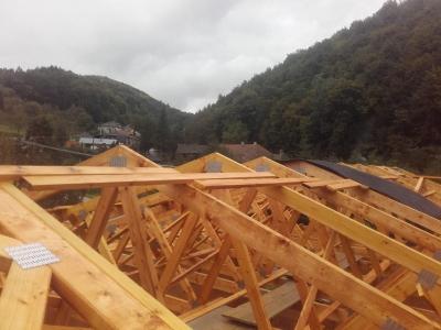 Žipov1_krovy_strechy_väzníky_priehradové_výroba_hydraulická_ruka_06.jpg