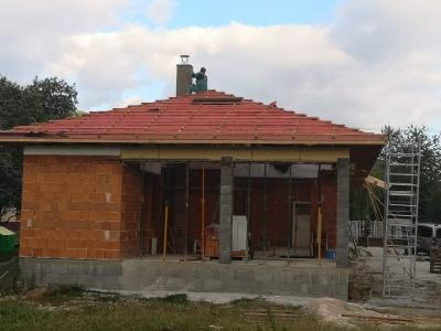 Rožňava_01_krovy_strechy_väzníky_priehradové_drevené_výroba_montáž_rodinný_dom_preprava_nadrozmer_hydraulická_ruka_02.jpg