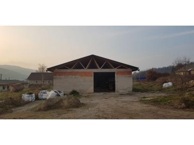 Mokroluh_01_krovy_strechy_väzníky_priehradové_drevené_výroba_priemyselná_hala_preprava_nadrozmer_hydraulická_ruka_02.jpg