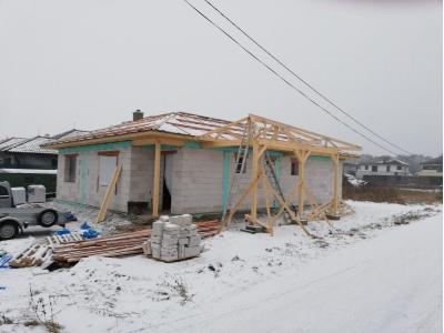 Košice_01_krovy_strechy_väzníky_priehradové_drevené_výroba_montáž_rodinný_dom_preprava_nadrozmer_hydraulická_ruka_06.jpg