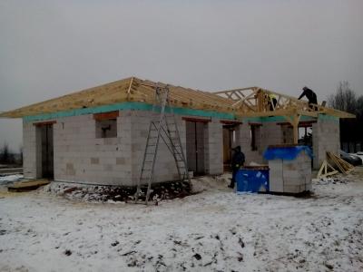 Košice_01_krovy_strechy_väzníky_priehradové_drevené_výroba_montáž_rodinný_dom_preprava_nadrozmer_hydraulická_ruka_08.jpg