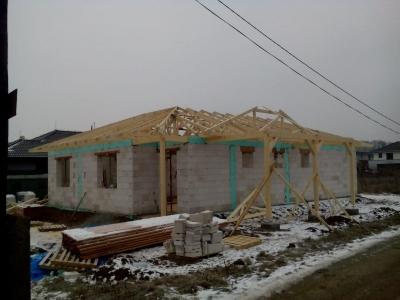 Košice_01_krovy_strechy_väzníky_priehradové_drevené_výroba_montáž_rodinný_dom_preprava_nadrozmer_hydraulická_ruka_14.jpg