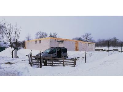 Hertník_01_krovy_strechy_väzníky_priehradové_drevené_výroba_montáž_rodinný_dom_preprava_nadrozmer_hydraulická_ruka_03.jpg