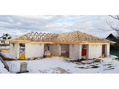 Hertník_01_krovy_strechy_väzníky_priehradové_drevené_výroba_montáž_rodinný_dom_preprava_nadrozmer_hydraulická_ruka_05.jpg