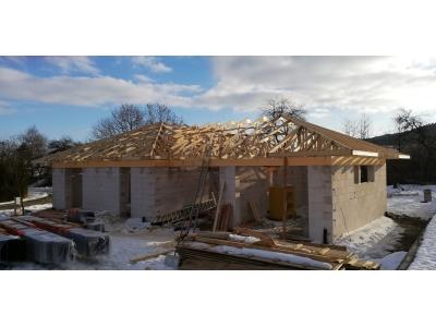 Hertník_01_krovy_strechy_väzníky_priehradové_drevené_výroba_montáž_rodinný_dom_preprava_nadrozmer_hydraulická_ruka_06.jpg