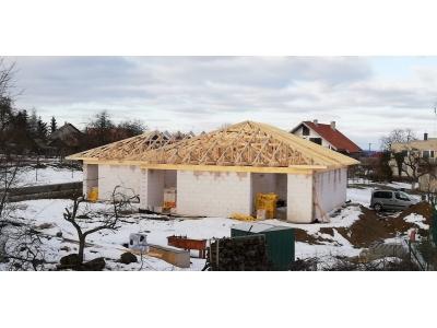 Hertník_01_krovy_strechy_väzníky_priehradové_drevené_výroba_montáž_rodinný_dom_preprava_nadrozmer_hydraulická_ruka_08.jpg