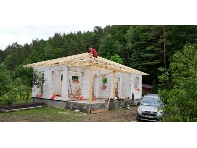 Zlaté_01_krovy_strechy_väzníky_priehradové_drevené_výroba_montáž_rodinný_dom_preprava_nadrozmer_hydraulická_ruka_09.jpg