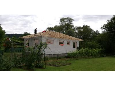 Zlaté_01_krovy_strechy_väzníky_priehradové_drevené_výroba_montáž_rodinný_dom_preprava_nadrozmer_hydraulická_ruka_10.jpg