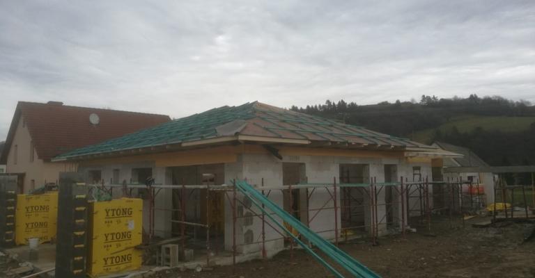 Titul2_Kružlov_01_krovy_strechy_väzníky_priehradové_drevené_výroba_montáž_rodinný_dom_preprava_nadrozmer_hydraulická_ruka_06.jpg