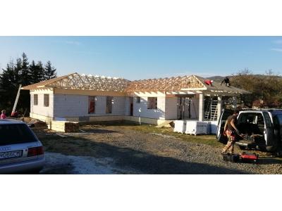 Titul02_Beloveža_02_krovy_strechy_väzníky_priehradové_drevené_výroba_montáž_rodinný_dom_preprava_nadrozmer_hydraulická_ruka_02.jpg