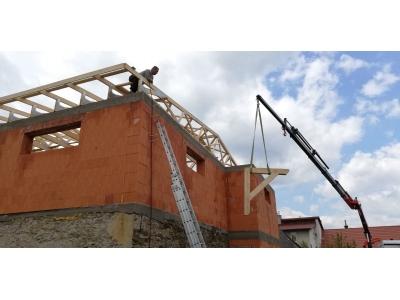 PečovskáNováVes_01_krovy_strechy_väzníky_priehradové_drevené_výroba_montáž_rodinný_dom_preprava_nadrozmer_hydraulická_ruka_05.jpg