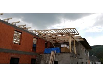 PečovskáNováVes_01_krovy_strechy_väzníky_priehradové_drevené_výroba_montáž_rodinný_dom_preprava_nadrozmer_hydraulická_ruka_06.jpg