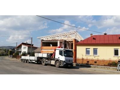 PečovskáNováVes_01_krovy_strechy_väzníky_priehradové_drevené_výroba_montáž_rodinný_dom_preprava_nadrozmer_hydraulická_ruka_09.jpg