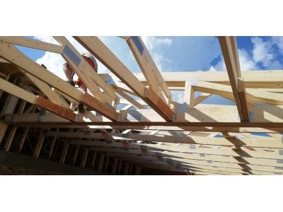 PečovskáNováVes_01_krovy_strechy_väzníky_priehradové_drevené_výroba_montáž_rodinný_dom_preprava_nadrozmer_hydraulická_ruka_11.jpg