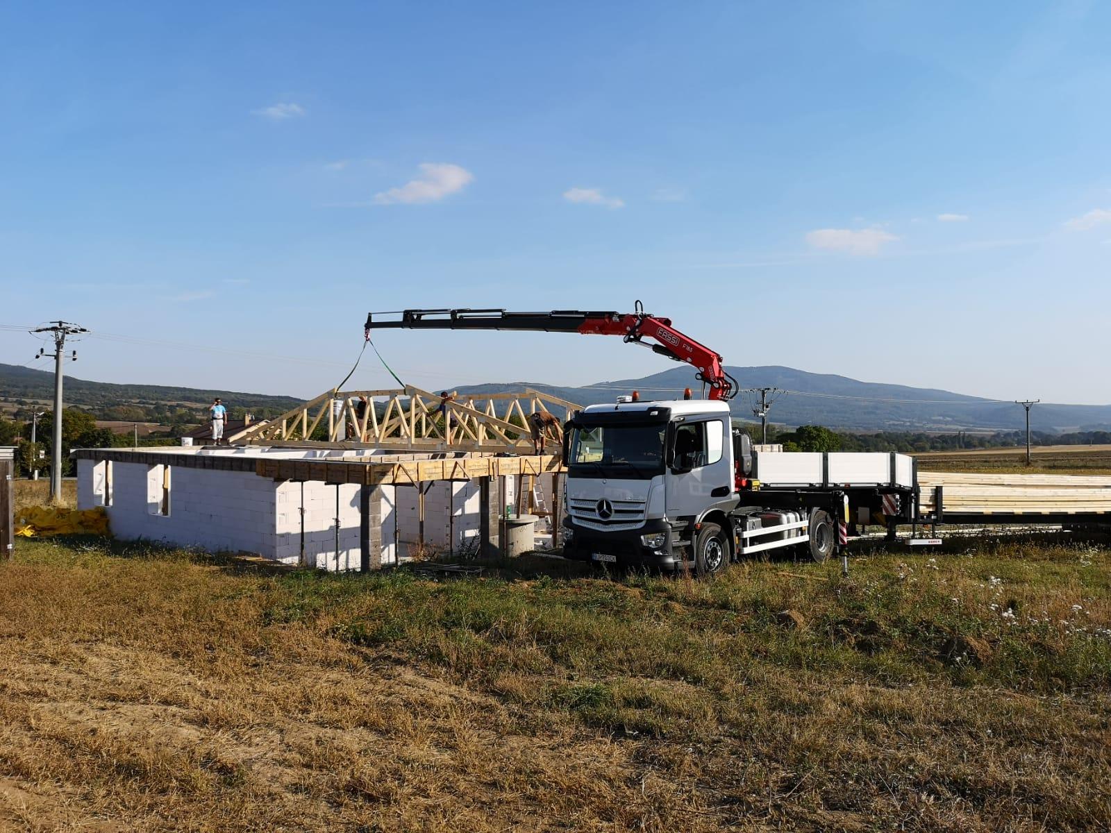 kamenica-01-krovy-strechy-vazniky-priehradove-drevene-vyroba-montaz-rodinny-dom-preprava-nadrozmer-hydraulicka-ruka-09.jpg